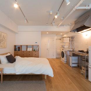 他の地域の小さい北欧スタイルのおしゃれな寝室 (白い壁、無垢フローリング、茶色い床) のインテリア