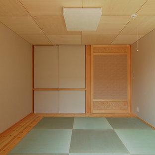 Exemple d'une chambre parentale asiatique avec un mur blanc, un sol de tatami, aucune cheminée et un sol vert.