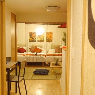 Foto de habitación de invitados asiática, pequeña, con paredes blancas y suelo vinílico