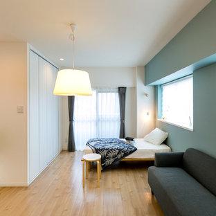 他の地域の北欧スタイルのおしゃれな寝室 (青い壁、淡色無垢フローリング、ベージュの床) のインテリア