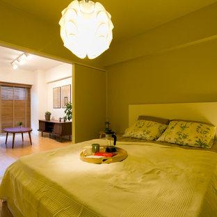 Modelo de dormitorio nórdico con paredes amarillas, suelo de madera en tonos medios y suelo marrón