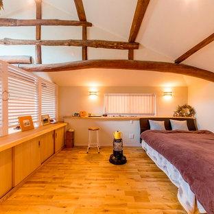 Aménagement d'une chambre asiatique avec un mur blanc et un sol en bois brun.