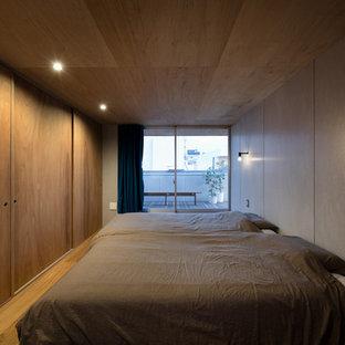 東京23区のインダストリアルスタイルのおしゃれな寝室 (グレーの壁、無垢フローリング、茶色い床)