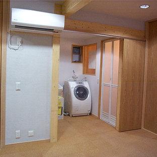 Imagen de dormitorio principal y papel pintado, minimalista, pequeño, con paredes grises, suelo de corcho, suelo marrón y papel pintado