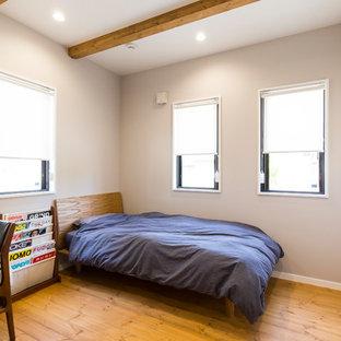 他の地域のインダストリアルスタイルのおしゃれな寝室 (グレーの壁、無垢フローリング、グレーの床)