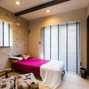 他の地域の地中海スタイルのおしゃれな寝室 (マルチカラーの壁、淡色無垢フローリング、ベージュの床) のレイアウト