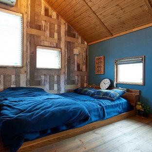 他の地域のカントリー風おしゃれな寝室 (マルチカラーの壁、無垢フローリング、茶色い床) のインテリア