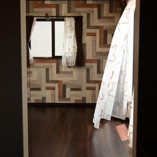 Ejemplo de dormitorio principal, minimalista, con suelo de contrachapado y suelo marrón