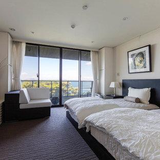 他の地域, のビーチスタイルのおしゃれな主寝室 (白い壁、カーペット敷き) のインテリア