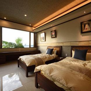 名古屋のトロピカルスタイルのおしゃれな寝室 (茶色い壁、大理石の床、ベージュの床) のインテリア