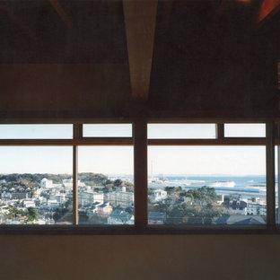 横浜の中サイズのアジアンスタイルのおしゃれな主寝室 (白い壁、無垢フローリング、暖炉なし、茶色い床) のレイアウト