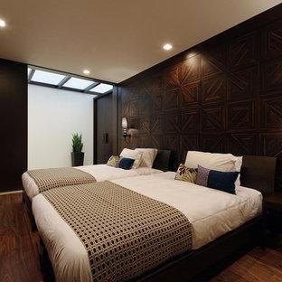 東京都下のコンテンポラリースタイルのおしゃれな寝室 (茶色い壁、濃色無垢フローリング)