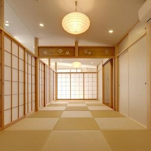 Asiatisk inredning av ett sovrum, med vita väggar, tatamigolv och brunt golv