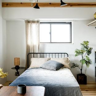 東京23区のインダストリアルスタイルのおしゃれな寝室 (白い壁、無垢フローリング、茶色い床) のレイアウト
