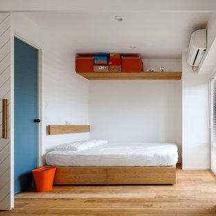 東京23区の小さいコンテンポラリースタイルのおしゃれな主寝室 (白い壁、無垢フローリング、暖炉なし、茶色い床)