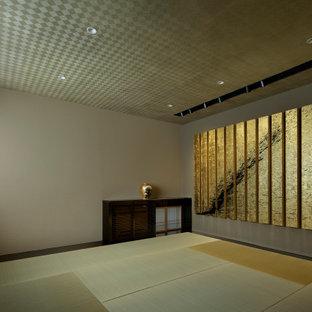 Imagen de habitación de invitados moderna, de tamaño medio, con paredes marrones, tatami, suelo beige y papel pintado