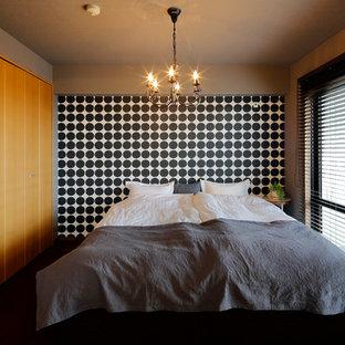 他の地域のコンテンポラリースタイルのおしゃれな主寝室 (グレーの壁) のレイアウト
