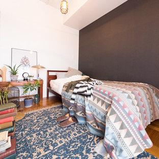 東京23区のモダンスタイルのおしゃれな寝室 (マルチカラーの壁、無垢フローリング、茶色い床) のインテリア