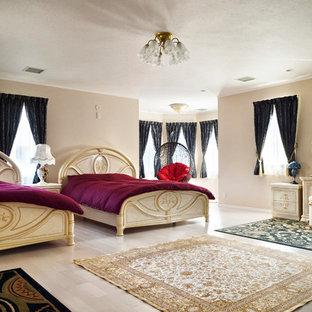 Réalisation d'une grande chambre parentale victorienne avec un mur rose, un sol en bois peint et un sol blanc.