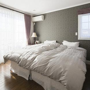 横浜の中くらいのトラディショナルスタイルのおしゃれな主寝室 (茶色い壁、濃色無垢フローリング、茶色い床) のインテリア