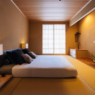 Cette image montre une chambre parentale asiatique avec un mur beige, un sol de tatami et un sol beige.