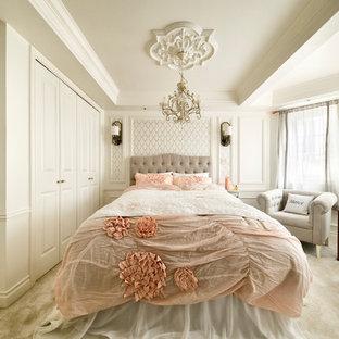 東京23区のヴィクトリアン調のおしゃれな主寝室 (白い壁、白い床、カーペット敷き) のレイアウト