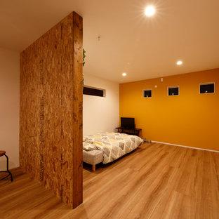 Imagen de dormitorio nórdico con paredes amarillas, suelo de contrachapado y suelo marrón