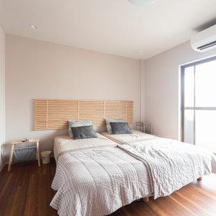 Ejemplo de dormitorio principal, papel pintado y papel pintado, urbano, papel pintado, sin chimenea, con paredes rosas, suelo de contrachapado, suelo marrón, papel pintado y papel pintado