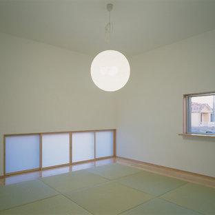 Ejemplo de habitación de invitados minimalista, de tamaño medio, sin chimenea, con paredes blancas, tatami y suelo verde
