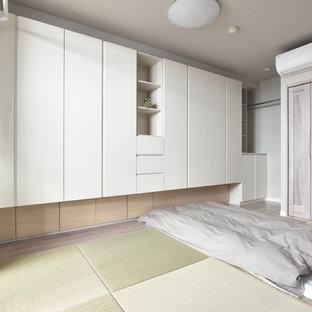 Imagen de dormitorio asiático con paredes blancas, tatami y suelo verde