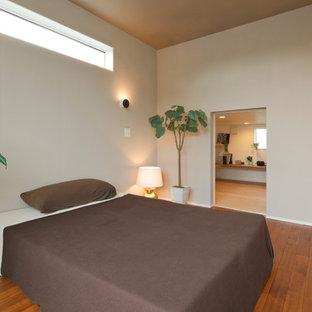 他の地域の北欧スタイルのおしゃれな主寝室 (ベージュの壁、無垢フローリング、茶色い床)