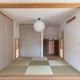 Ejemplo de habitación de invitados de estilo zen, de tamaño medio, con paredes blancas, tatami y suelo verde
