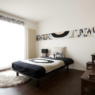他の地域の小さいアジアンスタイルのおしゃれな主寝室 (白い壁、濃色無垢フローリング、茶色い床、暖炉なし)