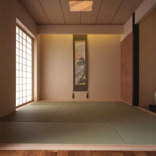 Imagen de habitación de invitados de estilo zen, de tamaño medio, sin chimenea, con paredes blancas, tatami y suelo beige