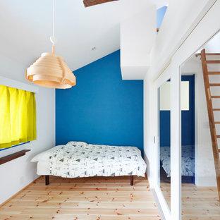 大阪の北欧スタイルのおしゃれな寝室 (青い壁、淡色無垢フローリング、ベージュの床)