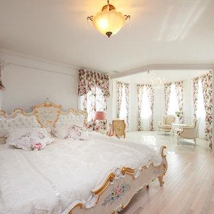 他の地域のトラディショナルスタイルのおしゃれな寝室 (白い壁、塗装フローリング、ベージュの床) のレイアウト
