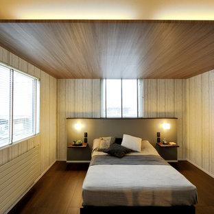 札幌のコンテンポラリースタイルのおしゃれな寝室 (ベージュの壁、濃色無垢フローリング、茶色い床) のインテリア