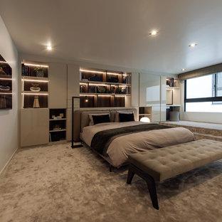 コンテンポラリースタイルのおしゃれな寝室 (白い壁、カーペット敷き、グレーの床) のインテリア