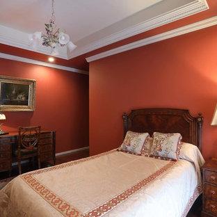 東京23区のトラディショナルスタイルのおしゃれな寝室 (赤い壁、濃色無垢フローリング、茶色い床)