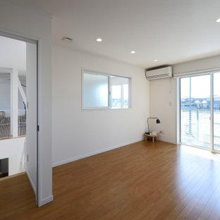 他の地域のコンテンポラリースタイルのおしゃれな主寝室 (白い壁、合板フローリング、茶色い床、クロスの天井、壁紙) のインテリア