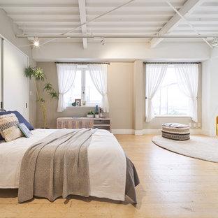 東京23区のコンテンポラリースタイルのおしゃれな寝室 (ベージュの壁、淡色無垢フローリング、ベージュの床) のレイアウト