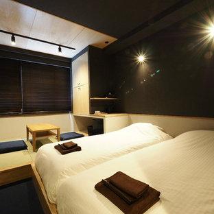 Idee per una camera degli ospiti etnica con pareti nere, moquette, nessun camino e pavimento blu