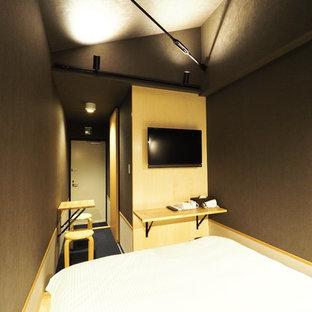 Idee per una camera da letto stile loft etnica con pareti nere, moquette, nessun camino e pavimento blu