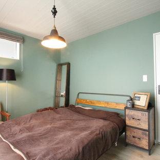 他の地域のモダンスタイルのおしゃれな寝室 (青い壁、塗装フローリング、ベージュの床)