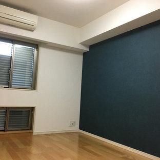 Diseño de dormitorio principal, minimalista, con paredes blancas, suelo de contrachapado y suelo marrón