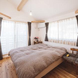 東京都下のカントリー風おしゃれな寝室 (白い壁、無垢フローリング、茶色い床) のレイアウト