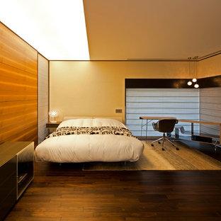 大阪のモダンスタイルのおしゃれな寝室 (マルチカラーの壁、濃色無垢フローリング、茶色い床) のレイアウト