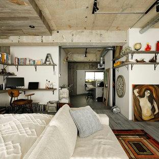 インダストリアルスタイルの寝室の画像 (白い壁、無垢フローリング、グレーの床)