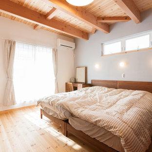 他の地域のアジアンスタイルのおしゃれな寝室 (白い壁、無垢フローリング、茶色い床) のレイアウト