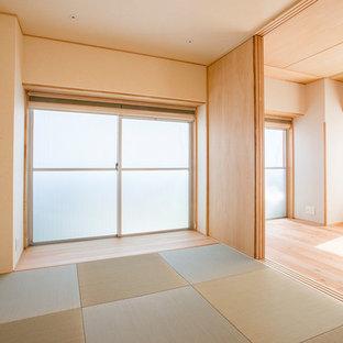 Imagen de dormitorio principal, moderno, con paredes beige, tatami y suelo verde